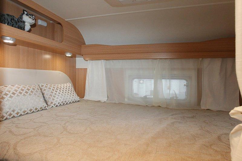 wohnmobil guenstig mieten mit alkoven wohnmobil mieten bei albcamper. Black Bedroom Furniture Sets. Home Design Ideas